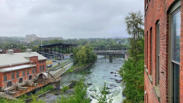 la rivière Saint-François avec, à gauche, la place Nikitotek