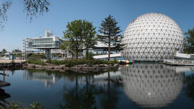 Un des bâtiments de la place de l'Ontario.