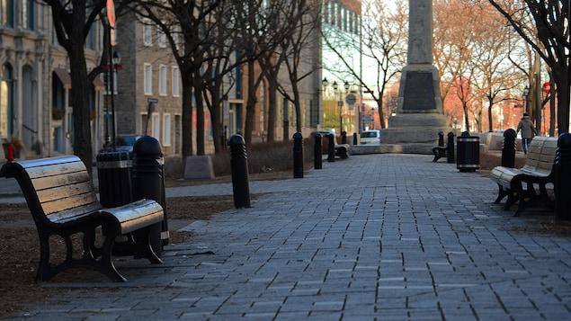 Une place publique déserte du Vieux-Montréal