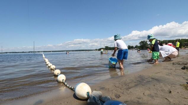 Des enfants jouent dans l'eau.