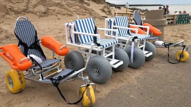 Deux fauteuils flottants et deux fauteuils roulants conçus pour le sable des plages.