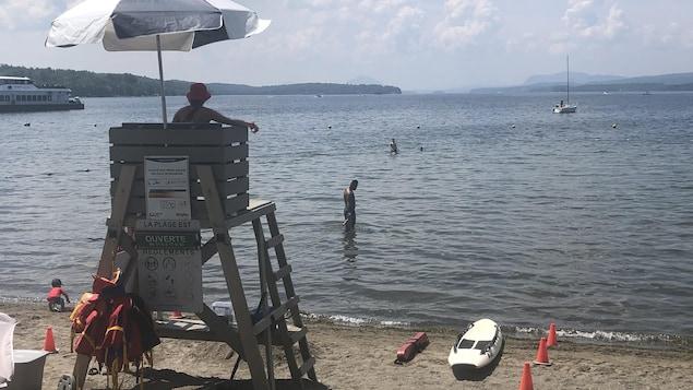 Un maître nageur surveille la plage de Magog.
