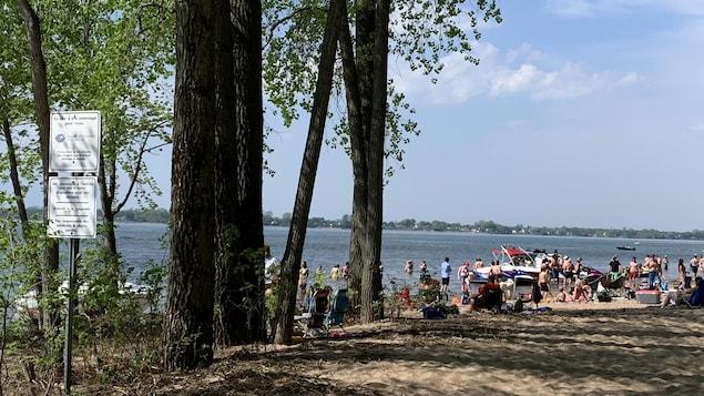 Des dizaines de gens d'entassent sur la plage.