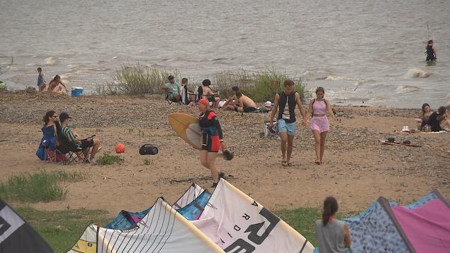 Une plage bondée de gens.