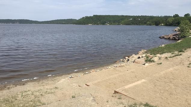 Une petite plage au bord du lac Témiscamingue.