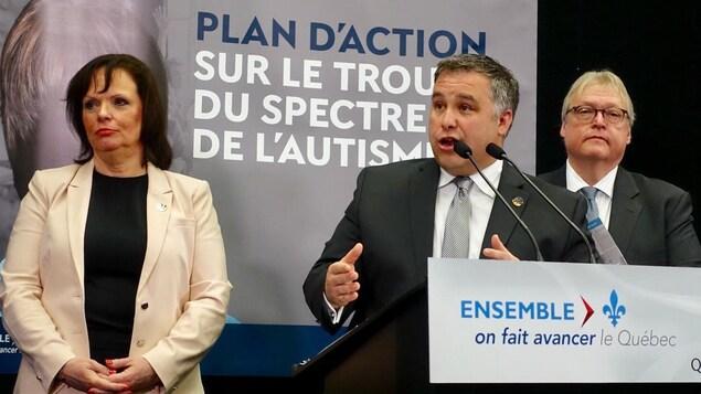 La ministre déléguée à la Réadaptation et à la Santé publique, Lucie Charlebois, a dévoilé le plan d'action sur le trouble du spectre de l'autisme en compagnie du ministre de l'Éducation et de la Famille, Sébastien Proulx, et du ministre de la Santé, Gaétan Barrette.