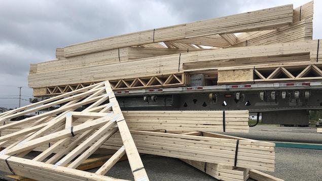 Des planches de bois d'oeuvre.