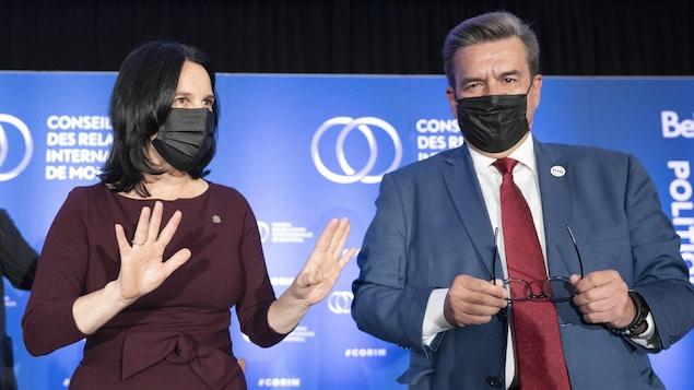 Valérie Plante et Denis Coderre, masqués, sur la scène du Conseil des relations internationales de Montréal (CORIM).