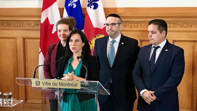 Le point de presse des quatre élus au salon Maisonneuve de l'hôtel de ville de Montréal.