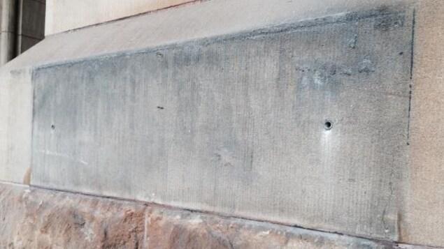 Après le 21 juin, la plaque avec le nom de Langevin a été retirée du mur de l'édifice situé au 80 rue Wellington à Ottawa.