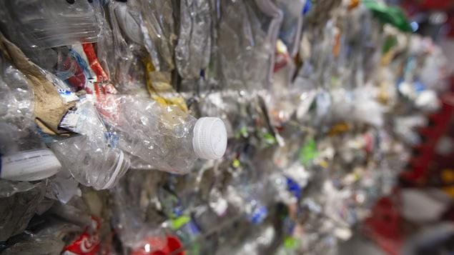 Des matières recyclables dans un ballot.