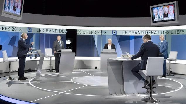 Les quatre chefs répondent aux questions de Patrice Roy sur le plateau du débat des chefs.