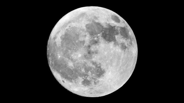 Une pleine lune dans un ciel noir.