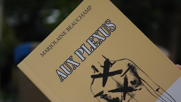 Page couverture du recueil de poésie «Aux plexus» de Marjolaine Beauchamp. Sur fond jaune maïs, une illustration d'une silhouette de femme nue avec au-dessus le titre et le nom de l'auteure.