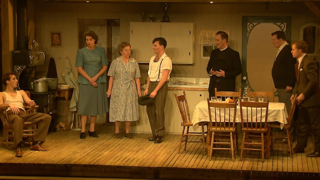 Des comédiens donnent une représentation d'une pièce de théâtre.