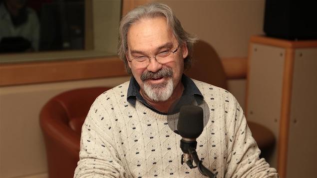 Jean Marc Dalpé devant un micro.
