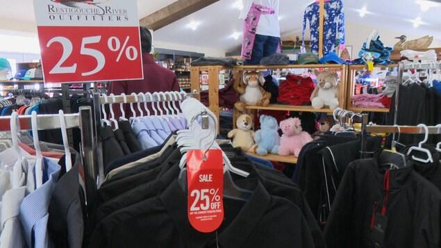 Des vêtements à 25 % de rabais dans une boutique.
