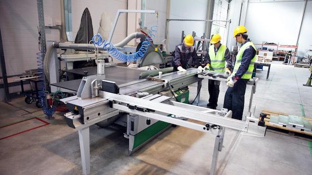 Des ouvriers travaillent dans une petite usine.