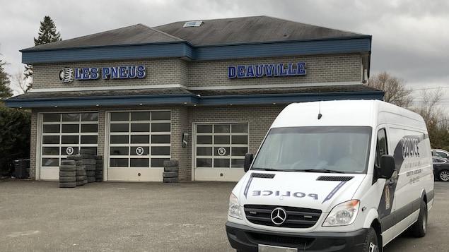 Un camion du Service de police de Sherbrooke devant la bâtisse de Pneus Deauville.