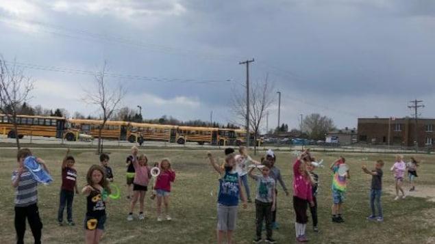 Des élèves dans la cour d'une école.