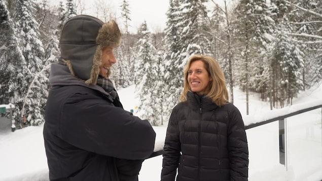 Marie-Josée Gervais et Jean-Philippe Nadeau discutent dans le parc nationale de la Mauricie à l'hiver.