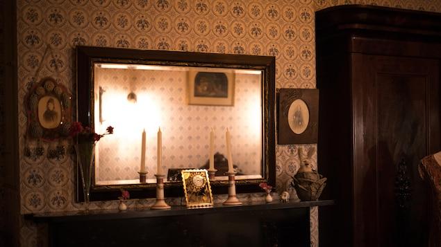 Un miroir et des chandelles dans la chambre de Kathleen O'Reilly.