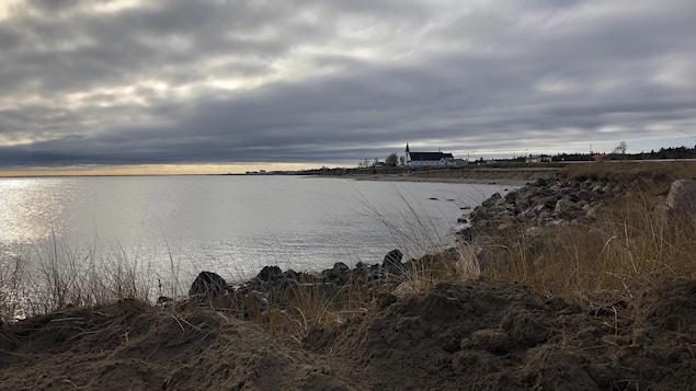 Vue sur la baie de Pointe-Sapin au Nouveau-Brunswick avec ciel nuageux.