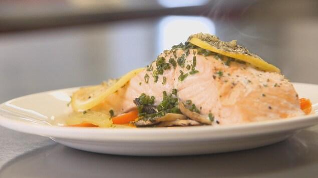 Un filet de saumon préparé dans une assiette