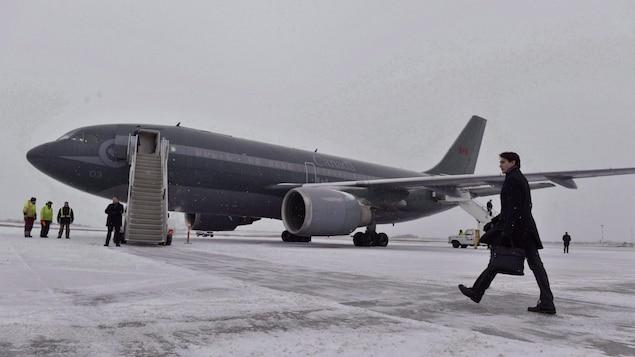 Le premier ministre en route vers son avion CC-150 Polaris.