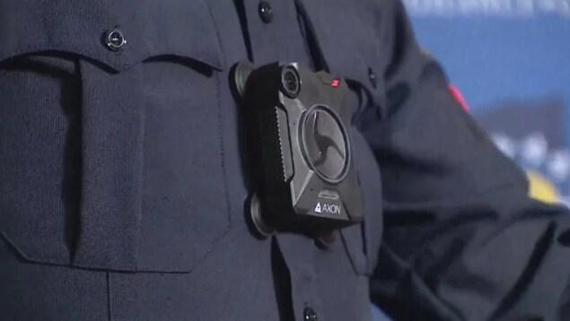 Caméra d'intervention portée sur le torse d'un policier.