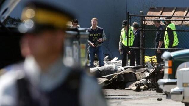 Des agents de la GRC examinent l'épave d'un avion qui s'est écrasé à Richmond, en Colombie-Britannique, en juillet, tuant deux personnes.
