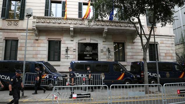 La police nationale espagnole met en place un périmètre de sécurité autour des bureaux de la délégation du gouvernement espagnol à Barcelone, en Catalogne.
