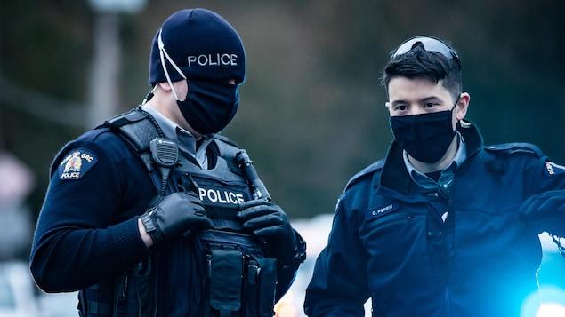 Deux agents de la GRC au travail.