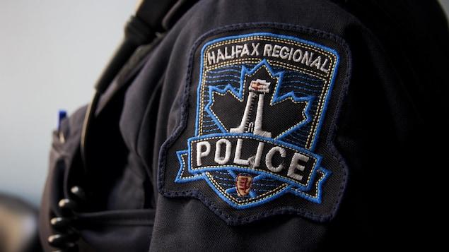 L'écusson des policiers d'Halifax, sur la manche d'un policier.