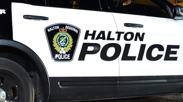 Le côté d'une voiture de police où il est inscrit HALTON en grosses lettres.