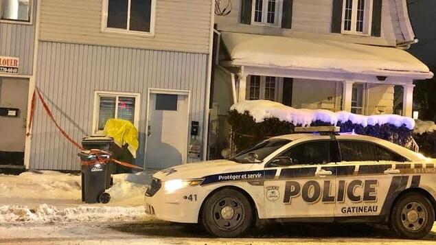 Une voiture de police dans la rue Saint-Joseph à Gatineau.