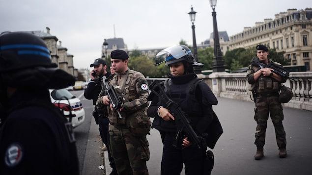 Des policiers aux aguets et lourdement armés.