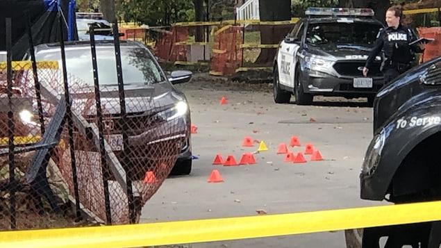 Une policière sur une scène de fusillade à Toronto.