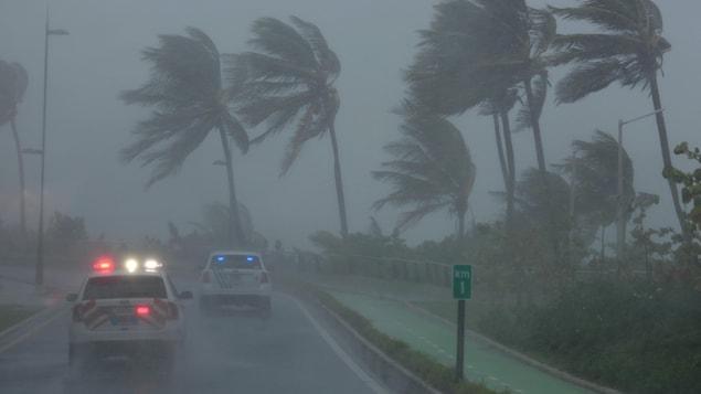 Des auto-patrouilles surveillent les environs de San Juan, à Porto Rico, alors que l'ouragan Irma frappe les îles au nord des Caraïbes.