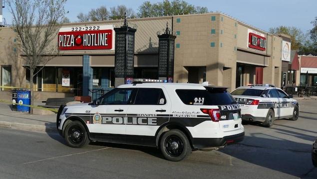 Un véhicule de police devant un restaurant.