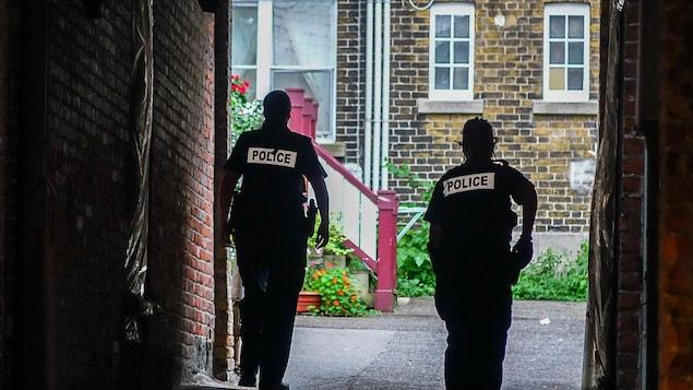 Deux agentes du Service de police de la Ville de Québec (SPVQ) se rendent sur les lieux d'une intervention dans le Vieux-Québec.