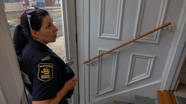La sergente Julie Marcotte dans l'entrée d'une maison spécialisée pour les personnes atteintes de troubles mentaux.