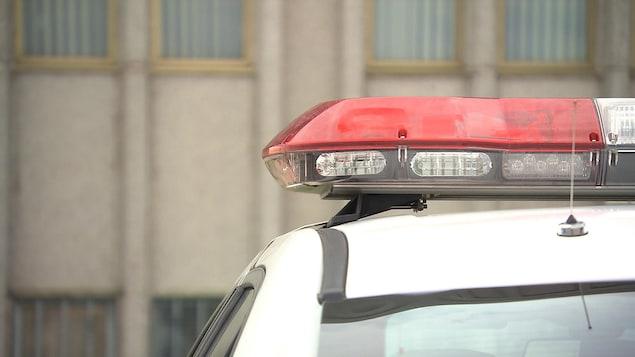 Les gyrophares d'une voiture de police.