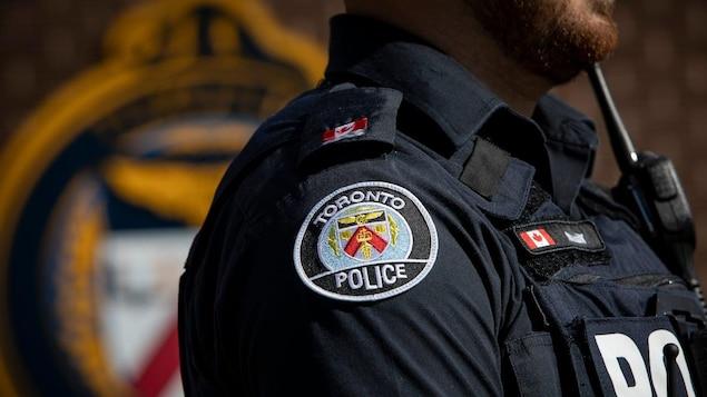 Un policier de côté en uniforme.
