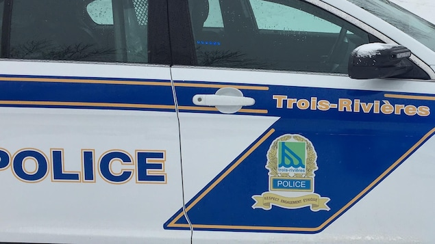 Voiture de police de Trois-Rivières devant le périmètre bouclé dans la rue enneigée.