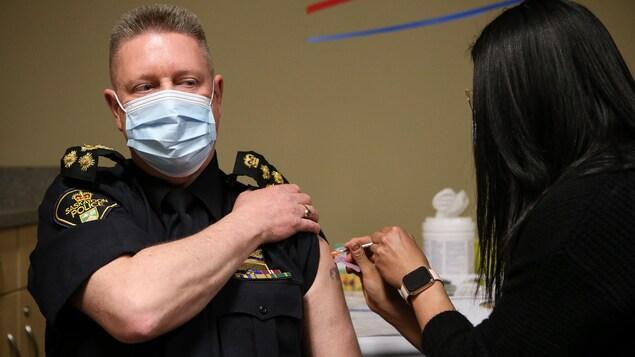 Le chef de la police de Saskatoon, Troy Cooper, à la clinique de vaccination mise en place par le Conseil tribal de Saskatoon au Centre Sasktel.