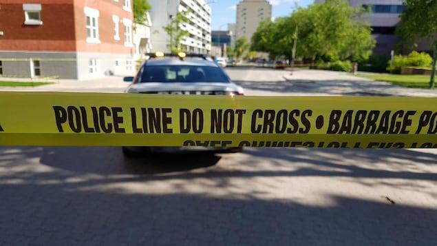 Un ruban jaune de la police délimite une scène de crime.