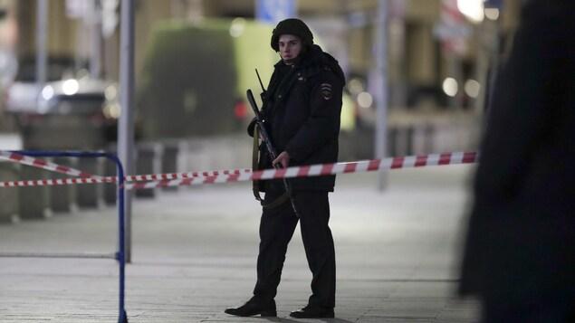 Un homme armé en uniforme.