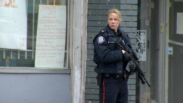Intervention policière avec une arme d'assaut, à Toronto, en 2016.