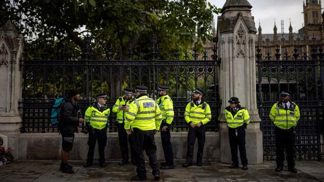 Un homme s'adresse à un groupe de policiers.